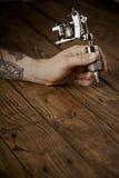 Κλείστε επάνω ενός χεριού ατόμων ` s με το πυροβόλο όπλο δερματοστιξιών Στοκ φωτογραφίες με δικαίωμα ελεύθερης χρήσης