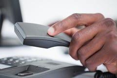 Κλείστε επάνω ενός χεριού που κλείνει το τηλέφωνο Στοκ Φωτογραφία