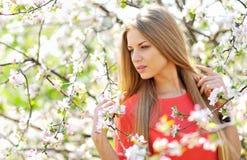 Κλείστε επάνω ενός όμορφου προσώπου γυναικών στο ανθίζοντας δέντρο άνοιξη Στοκ φωτογραφία με δικαίωμα ελεύθερης χρήσης