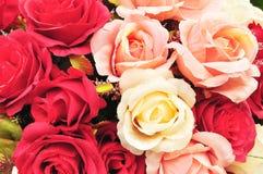 Κλείστε επάνω ζωηρόχρωμος μίμησης ή τεχνητός αυξήθηκε υπόβαθρο λουλουδιών Στοκ φωτογραφία με δικαίωμα ελεύθερης χρήσης