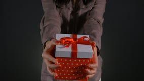 Κλείστε επάνω με τα χέρια της γυναίκας που προσφέρει το παρόν γενεθλίων απόθεμα βίντεο