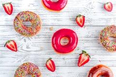Κλείστε επάνω με τα donuts στο γλυκό σχέδιο άποψης καταστημάτων τοπ Στοκ φωτογραφία με δικαίωμα ελεύθερης χρήσης
