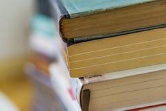 Κλείστε επάνω μιας δέσμης των βιβλίων εγγράφου, μυθιστορήματα Εκπαίδευση έννοιας στοκ εικόνα