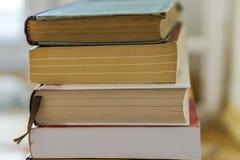 Κλείστε επάνω μιας δέσμης των βιβλίων εγγράφου, μυθιστορήματα Εκπαίδευση έννοιας στοκ φωτογραφία με δικαίωμα ελεύθερης χρήσης