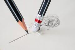 Κλείστε επάνω μιας γόμας μολυβιών αφαιρώντας μια στριμμένη γραμμή και τα clos Στοκ Εικόνες