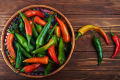 Κλείστε επάνω μιας κατάταξης των πιπεριών και των τσίλι σε ένα καλάθι Στοκ Εικόνα