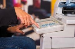 Κλείστε επάνω μιας νέας επιχειρηματία χρησιμοποιώντας τη μηχανή αντιγράφων στο γραφείο Στοκ φωτογραφία με δικαίωμα ελεύθερης χρήσης