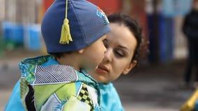 Κλείστε επάνω μιας νέων μητέρας και ενός παιδιού φιλμ μικρού μήκους