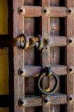 Κλείστε επάνω μιας παλαιάς ξύλινης πόρτας Στοκ εικόνα με δικαίωμα ελεύθερης χρήσης