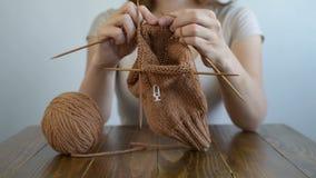 Κλείστε επάνω μιας πλέκοντας γυναίκας φιλμ μικρού μήκους