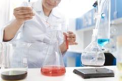 Κλείστε επάνω μιας φιάλης με το χημικό αντιδραστήριο στοκ φωτογραφία