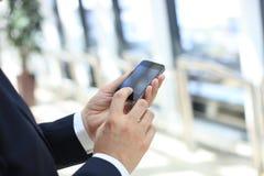 Κλείστε επάνω μιας χρησιμοποίησης επιχειρηματιών κινητής Στοκ εικόνα με δικαίωμα ελεύθερης χρήσης