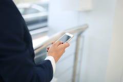 Κλείστε επάνω μιας χρησιμοποίησης επιχειρησιακών ατόμων κινητής Στοκ Εικόνες