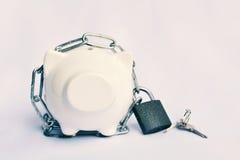 Κλείστε επάνω μια piggy τράπεζα με την αλυσίδα και τη βασική κλειδαριά για εκτός από τα χρήματα Sel Στοκ Εικόνα
