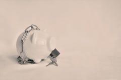 Κλείστε επάνω μια piggy τράπεζα με την αλυσίδα και τη βασική κλειδαριά για εκτός από τα χρήματα Sel στοκ εικόνες με δικαίωμα ελεύθερης χρήσης