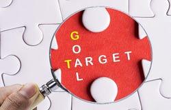 Κλείστε επάνω να ενισχύσει - γυαλί που ψάχνει την ελλείπουσα ειρήνη γρίφων Στοκ εικόνες με δικαίωμα ελεύθερης χρήσης