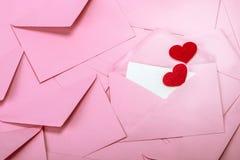 κλείστε επάνω να συσσωρεύσει των ρόδινου φακέλων και του εγγράφου επιστολών ταχυδρομείου και του Πε Στοκ Εικόνα