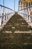 Κλείστε επάνω, παλαιά συγκεκριμένη σκάλα Στοκ φωτογραφίες με δικαίωμα ελεύθερης χρήσης