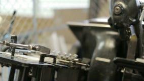 Κλείστε επάνω παλαιό letterpress εργαζόμενος