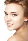 Κλείστε επάνω πορτρέτου απομονωμένο λευκό τρίχας ομορφιάς το σύντομο makeup Στοκ φωτογραφία με δικαίωμα ελεύθερης χρήσης