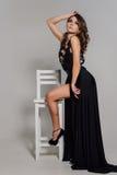 κλείστε επάνω προσωπικότητα Στοχαστική κομψή κυρία στο μαύρο φόρεμα βραδιού Prom Το στούντιο η φωτογραφία Στοκ Εικόνα