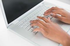 Κλείστε επάνω σε ετοιμότητα της γυναίκας δακτυλογραφώντας στο lap-top της Στοκ φωτογραφία με δικαίωμα ελεύθερης χρήσης