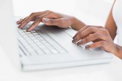 Κλείστε επάνω σε ετοιμότητα της γυναίκας χρησιμοποιώντας το lap-top της Στοκ Εικόνα