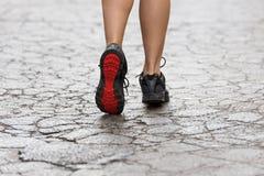 Κλείστε επάνω στα παπούτσια γυμναστικής στην οδό ρωγμών Στοκ φωτογραφία με δικαίωμα ελεύθερης χρήσης