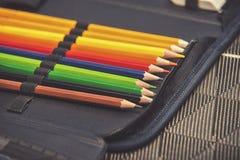 Κλείστε επάνω στην περίπτωση μολυβιών στο επιτραπέζιο υπόβαθρο Στοκ Εικόνες