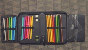 Κλείστε επάνω στην περίπτωση μολυβιών στο επιτραπέζιο υπόβαθρο Στοκ Φωτογραφία