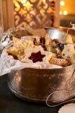 Κλείστε επάνω στον κασσίτερο μπισκότων Χριστουγέννων Στοκ Φωτογραφία