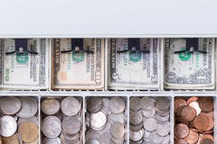 Κλείστε επάνω στο αμερικανικό νόμισμα στο συρτάρι μετρητών στοκ εικόνες