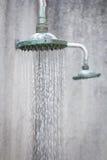 Κλείστε επάνω στο επικεφαλής ντους ενώ τρεχούμενο νερό Στοκ Εικόνες