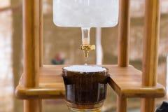 Κλείστε επάνω στο σπιτικό στάλαγμα κατασκευαστών καφέ στοκ φωτογραφία