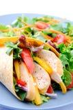 Κλείστε επάνω στο φρέσκο φυτικό περικάλυμμα κοτόπουλου με τη δευτερεύουσα σαλάτα Στοκ Φωτογραφία
