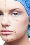 Κλείστε επάνω στο χαλαρωμένο νέο ασθενή με τις διαστιγμένες γραμμές στο πρόσωπο Στοκ φωτογραφία με δικαίωμα ελεύθερης χρήσης