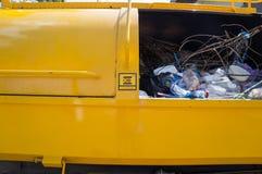 Κλείστε επάνω τα απορρίματα στο φορτηγό απορριμάτων και να είστε προσεκτικό σημάδι Στοκ φωτογραφία με δικαίωμα ελεύθερης χρήσης