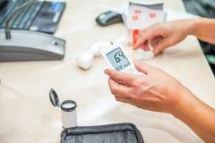 Κλείστε επάνω τα αποτελέσματα της κινητής δοκιμής διαβήτη για το επίπεδο ζάχαρης Κανονικό επίπεδο ζάχαρης αίματος Ιατρική διαδικα Στοκ εικόνες με δικαίωμα ελεύθερης χρήσης