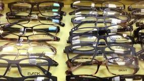 Κλείστε επάνω τα γυαλιά ματιών επίδειξης απόθεμα βίντεο