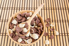 Κλείστε επάνω τα γλυκά δημητριακά στο ξύλινο κύπελλο Στοκ φωτογραφία με δικαίωμα ελεύθερης χρήσης