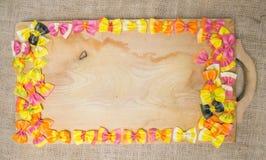 Κλείστε επάνω τα ζωηρόχρωμα ravioli ζυμαρικά που τοποθετούνται στις γραμμές συνόρων μιας ξύλινης επιφάνειας Στοκ Εικόνες
