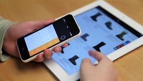 Κλείστε επάνω τα καινούργια εργαλεία αγορών γυναικών στην επίδειξη ipad φιλμ μικρού μήκους
