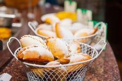 Κλείστε επάνω τα καλάθια με τα πρόσφατα ψημένα αγαθά ζύμης στην επίδειξη στο κατάστημα αρτοποιείων Εκλεκτική εστίαση Στοκ Εικόνες