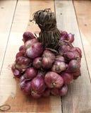 Κλείστε επάνω τα κρεμμύδια στην ξύλινη σύσταση Στοκ εικόνα με δικαίωμα ελεύθερης χρήσης