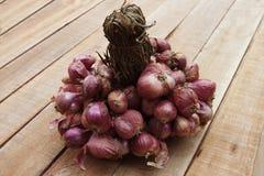 Κλείστε επάνω τα κρεμμύδια στην ξύλινη σύσταση Στοκ φωτογραφίες με δικαίωμα ελεύθερης χρήσης