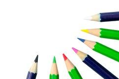 Κλείστε επάνω τα μολύβια χρώματος δείχνει το κέντρο που απομονώνεται στο μόριο Στοκ Εικόνες