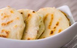 Κλείστε επάνω τα παραδοσιακά εύγευστα arepas, το τεμαχισμένο τυρί αβοκάντο κοτόπουλου και τυριού Cheddar και το τεμαχισμένο βόειο Στοκ φωτογραφία με δικαίωμα ελεύθερης χρήσης