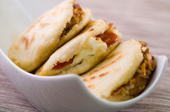 Κλείστε επάνω τα παραδοσιακά εύγευστα arepas, το τεμαχισμένο τυρί αβοκάντο κοτόπουλου και τυριού Cheddar και το τεμαχισμένο βόειο Στοκ Φωτογραφίες