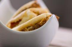 Κλείστε επάνω τα παραδοσιακά εύγευστα arepas, το τεμαχισμένο τυρί αβοκάντο κοτόπουλου και τυριού Cheddar και το τεμαχισμένο βόειο Στοκ Εικόνες
