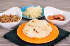 Κλείστε επάνω τα παραδοσιακά εύγευστα arepas, το τεμαχισμένο τυρί αβοκάντο κοτόπουλου και τυριού Cheddar και το τεμαχισμένο βόειο Στοκ φωτογραφίες με δικαίωμα ελεύθερης χρήσης